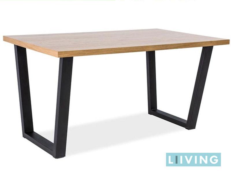 stół na metalowych nogach